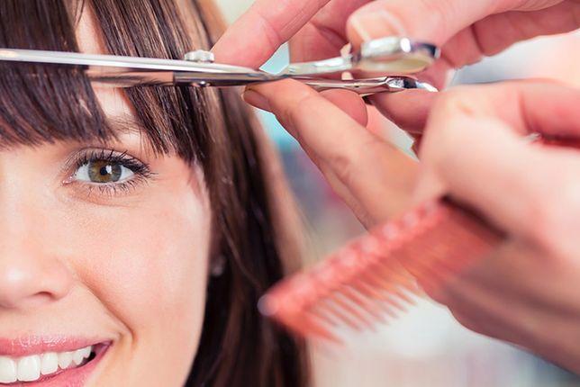 Fryzury damskie z grzywką na bok to dobra propozycja dla osób, które chcą sprawdzić, czy z grzywką im do twarzy