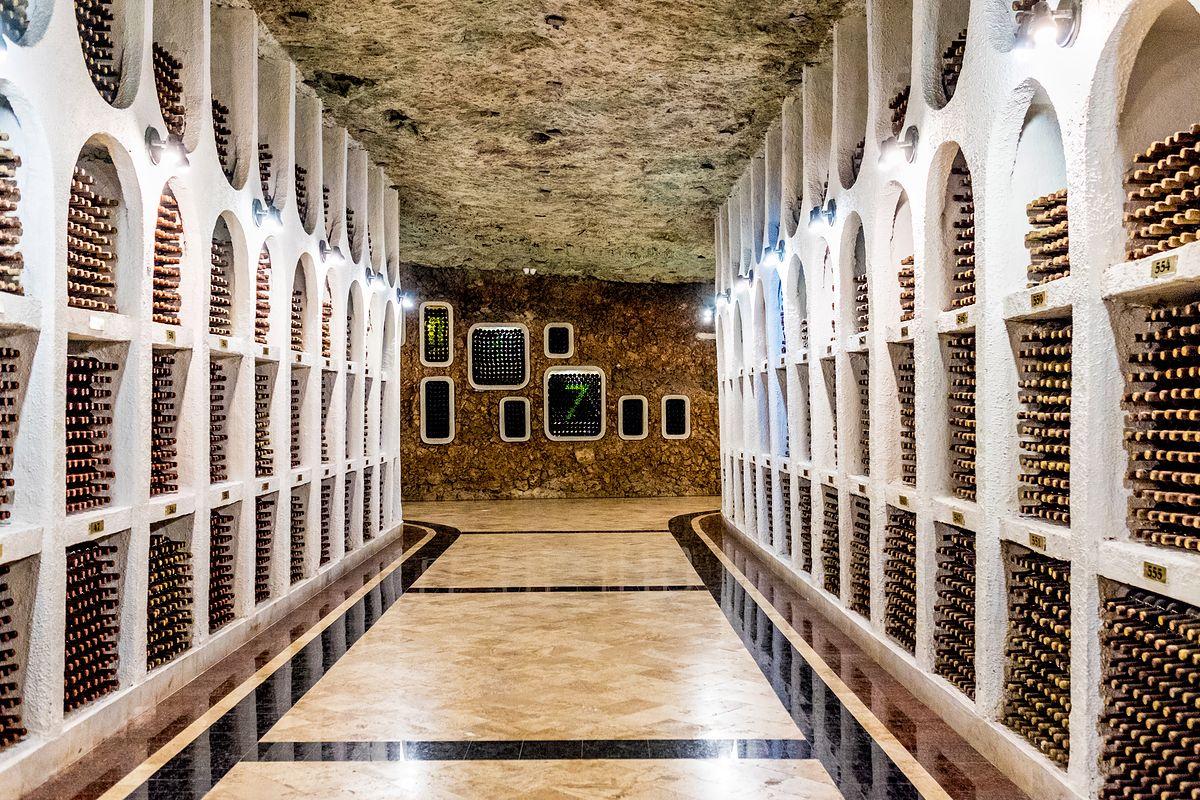 Podziemne miasto wina. Tusk trzyma tu swoją kolekcję, a Putin obchodził urodziny