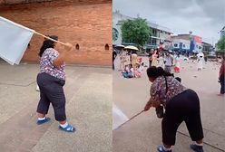 """Tajska """"gołębianka"""". Płoszy ptaki, aby turyści zrobili zdjęcie na Instagrama"""