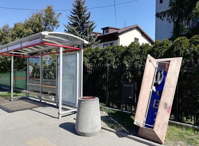 Trumna, którą ZOM znalazł obok przystanku w Warszawie