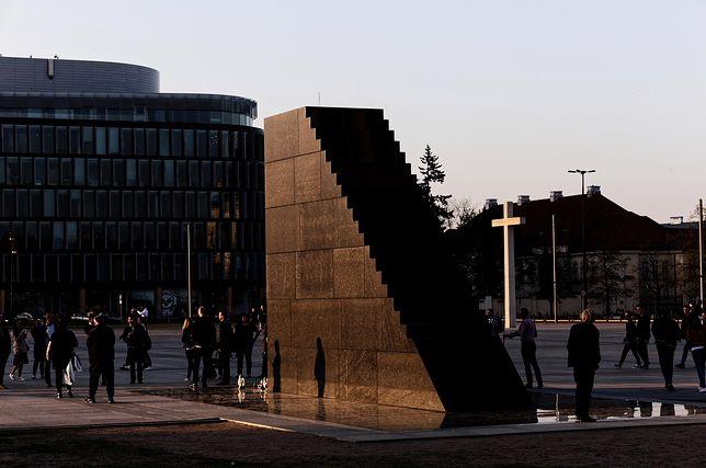 Pomnik Ofiar Katastrofy Smoleńskiej przez 24 godziny pilnowany jest przez policję