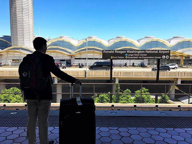 Pasażer oczekujący na transfer z lotniska Reagana w Waszyngtonie