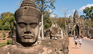 Angkor to dawna stolica Imperium Khmerów, w której podziwiać można ruiny kompleksu miejskiego i świątynnego