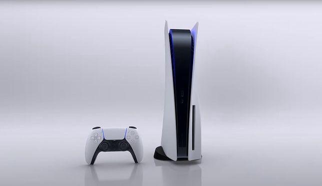 Konsola PlayStation 5. Na zdjęciu w wersji cyfrowej wraz z padem PS5 DualSense.