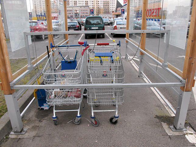 Klienci odwożą w wózkach zakupy pod same bloki. Nie zawsze je jednak odprowadzają