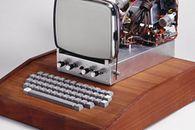 Apple Design – Deska, Jerry Manock i projektowanie na zewnątrz - Obudowa Apple I była wykonana z drewna. Zgodnie z zachowaną dokumentacją, miało być to drewno mahoniowe.