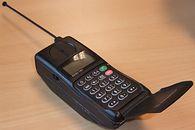 Od cegłóweczki do iPhone'a - Motorola MicroTac 5200 nie była ani ładna, ani poręczna, a osiągnięcie deklarowanych 12 godzin  czuwania, graniczyło z cudem. Na szczęście dzięki wysokim cenom rozmów, telefon głównie czuwał.