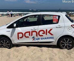 Zdjęcie z polskiej plaży. Kierowca auta w popłochu brał nogi za pas