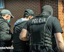 """Policja rozbiła grupę oszukującą metodą """"na Blika"""". Postawiono ponad 200 zarzutów"""