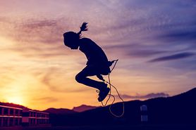Efekty skakania na skakance – korzyści zdrowotne, spalanie kalorii, zalety