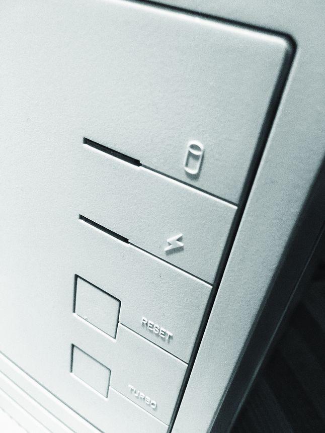 """Przycisk 'Turbo' służył do spowolnienia komputera, aby rozwiązać problemy ze starymi programami, zależnymi od prędkości zegara. Na nowszym sprzęcie dostawały """"turbodoładowania""""."""