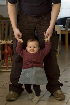 Chodzenie niemowląt - od kiedy, jak pomóc
