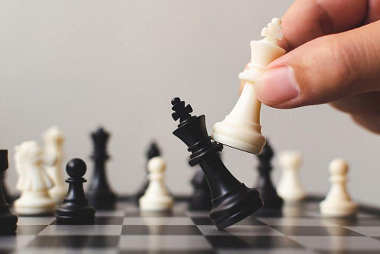 """""""Biały bił czarnego"""". Chodziło o szachy. YouTube usuwa filmy"""