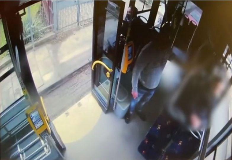 Atak nożownika w autobusie w Krakowie. Policja pokazała nagranie