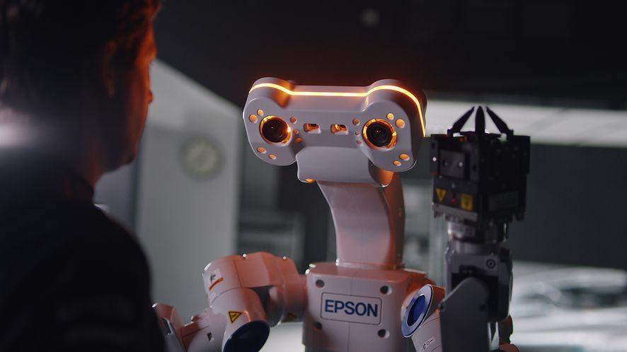 Inteligentny robot Epson WorkSense W-01, który widzi, czuje, myśli i pracuje, wkracza do Europy