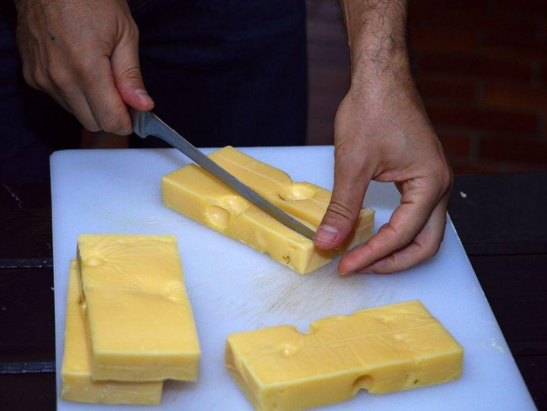 Nigdy nie popełniaj tego błędu przy krojeniu sera. Grozi zatruciem