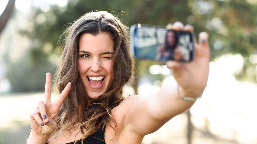 Kobieta wykonująca sobie zdjęcie z depositphotos