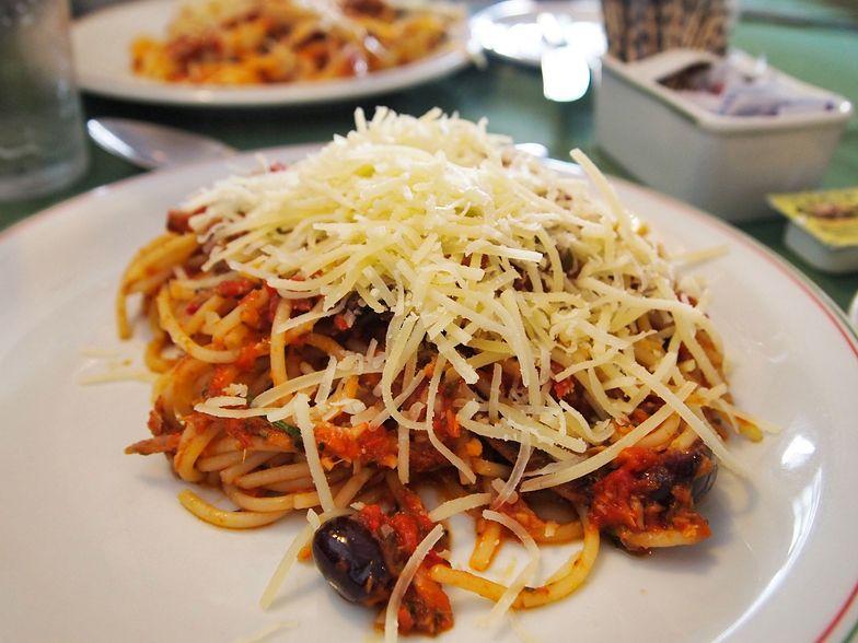 Spaghetti alla puttanesca to prosty makaron z klasycznymi włoskimi składnikami.
