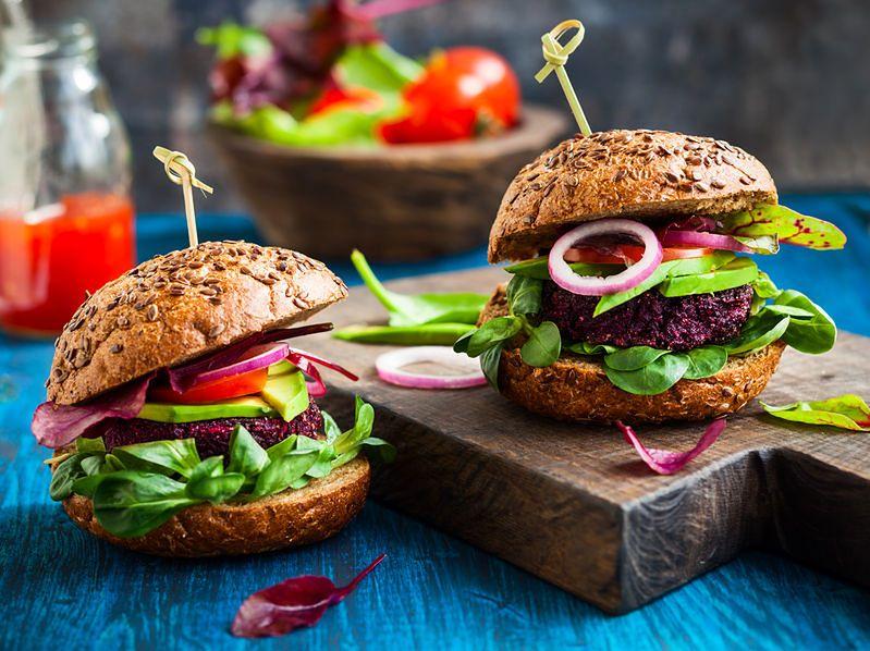 Wegańskie burgery z burakiem