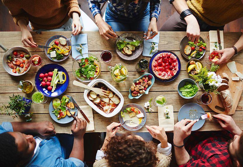 Grupa osób przy stole