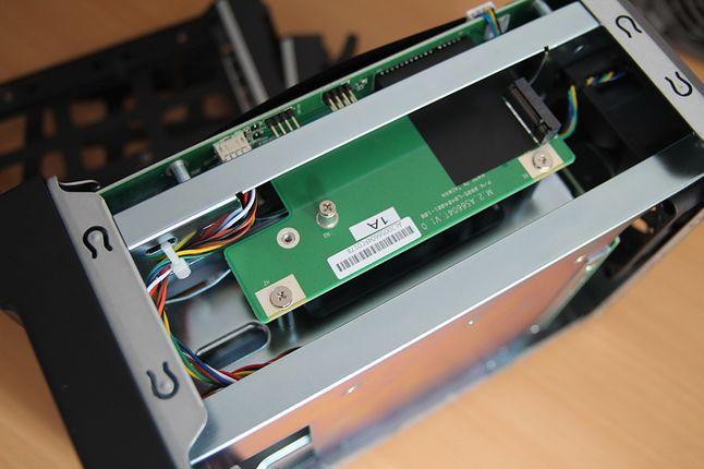 Aby dojść do drugiego gniazda M.2 należy odkręcić całą płytę i wyjąć ją z portu PCI.