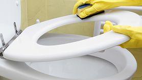 Matki oszalały na punkcie tego triku na sprzątanie łazienki. Niesamowity sposób (WIDEO)