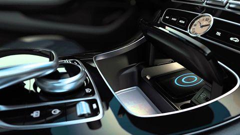 iPhone X w Mercedesie za 300 tys. zł myli ładowanie z płatnościami