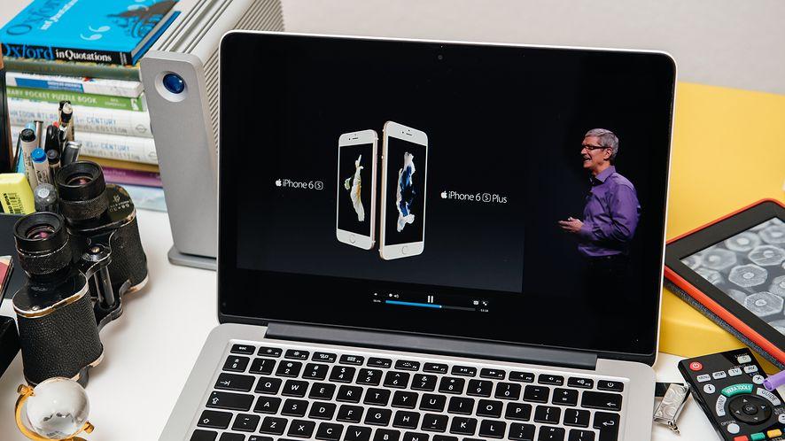 Tim Cook prezentujący iPhone'y z depositphotos