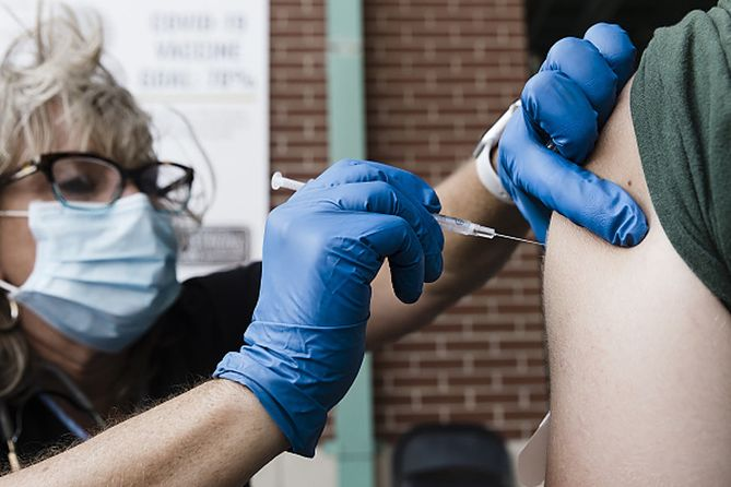 FDA wydało pełną zgodę na stosowanie szczepionki Pfizera.