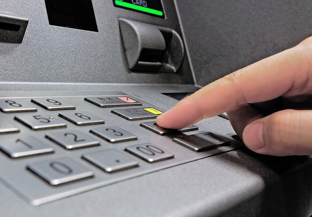 Oszuści wypłacają od razu pieniądze z bankomatów