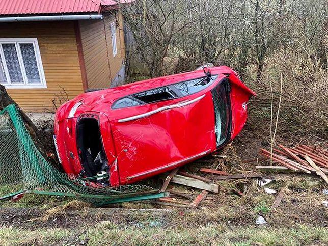 Auto przebiło się przez ogrodzenie. Dwoje dzieci trafiło do szpitala