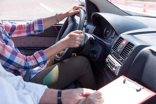 Instruktor jazdy stawiał jej kawę i kupował bułeczki