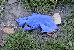 Koronawirus w Warszawie. Nowy rodzaj śmieci. Porozrzucane rękawiczki