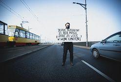 Warszawa. Aktywista Extinction Rebellion zablokował most Poniatowskiego. Na miejscu 10 radiowozów