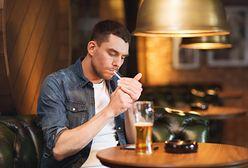 Kobiety kochają mężczyzn, którzy piją i palą. Dowodzą tego najnowsze badania