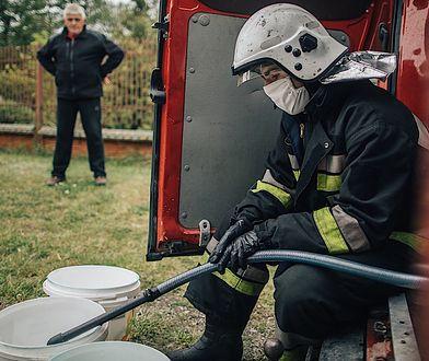 Do trzech wsi w gminie Koniecpol wodę dowożą strażacy. Wodociągu nie ma, a studnie wyschły / fot. Maciej Stanik