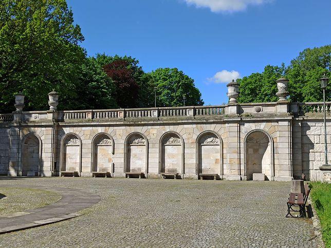 Warszawa. Wpisany do rejestru zabytków został park i elementy małej architektury, z budowlaną infrastrukturą i klasycyzującymi rzeźbami i elementami ogrodowych ozdób