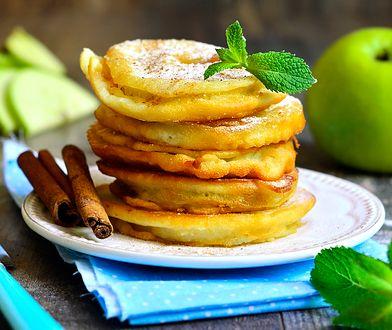 Plasterki jabłek smażone w cieście naleśnikowym to świetny pomysł na deser lub podwieczorek. Ich sekretem jest dobrze przygotowane ciasto.
