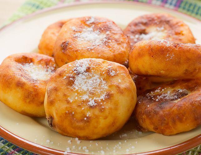 Słodkie racuchy to danie, które prawdopodobnie każdy z nas pamięta z dzieciństwa