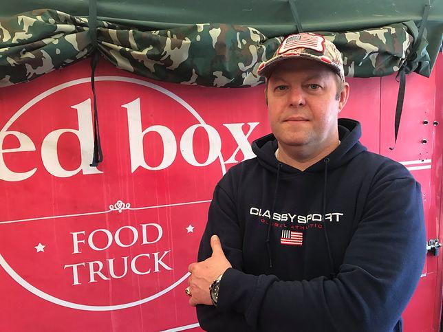 Sebastian Żurek robi hamburgery dla amerykańskich żołnierzy w Powidzu.