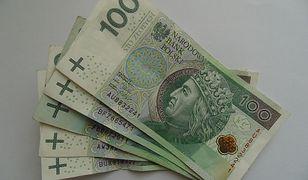 Pod parkomatem leżały stuzłotowe banknoty