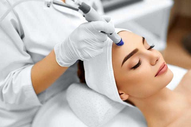 Mikrodermabrazja jest bezpieczna także u osób ze skórą wrażliwą.