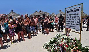 Tablica poświęcona pamięci ofiar na plaży, gdzie doszło do zamachu