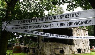 Transparenty rozwieszone przez pracowników Muzeum Gdańska sprzeciwiające się specustawie ws. Westerplatte