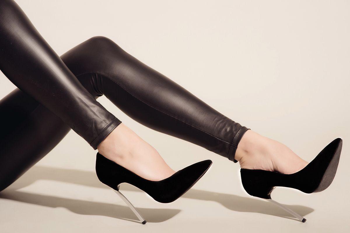 Skórzane spodnie i legginsy. Do jesiennych stylizacji z modnym połyskiem