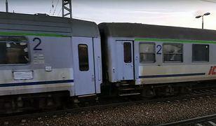 Brud odstrasza pasażerów pociągów. Kolejarze myją tylko drzwi