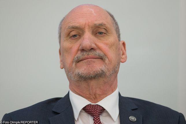 Antoni Macierewicz nie jest zadowolony, że TVP Info przypisała zakup karabinków Grot premierowi Mateuszowi Morawieckiemu