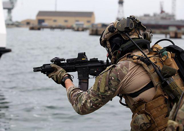 Żołnierz GROM podczas operacji w Lizbonie