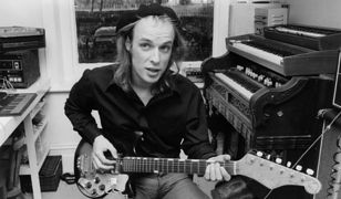 Brian Eno. Zaczął od rocka, stał się ikoną muzyki elektronicznej i ojcem ambientu