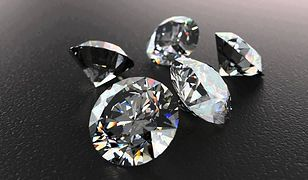 Kobieta znalazła prawie 4-karatowy diament, kiedy oglądała poradnik o tym... jak znajdować diamenty.